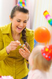 день рождения младенца празднуя сперва ее мать стоковое фото rf