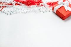 День рождения подарочной коробки присутствующих ювелирных изделий женщины красный Стоковые Изображения