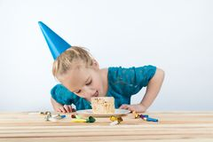 День рождения ребенка Торт поздравительые открытки ко дню рождения праздника стоковое фото