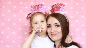 день рождения счастливый Портрет молодой женщины и конца-вверх ребенка Семья - игра матери и дочери совместно, смех и акции видеоматериалы