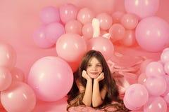 День рождения с воздушными шарами День рождения, счастье, детство, взгляд Стоковая Фотография