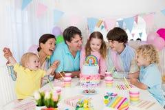 день рождения ягнится партия Семейное торжество с тортом Стоковая Фотография RF