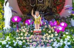День рождения ` s Будды статуи в виске ecorated света, красочные цветки стоковые изображения rf
