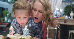 День рождения матери 30-ый сток-видео