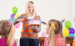День рождения: Мать приходит внутри с именниным пирогом и свечами стоковые фото