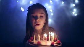 День рождения маленькой девочки она дует вне свечи на торте движение медленное сток-видео