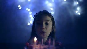 День рождения маленькой девочки она дует вне свечи на торте нот bokeh предпосылки замечает тематическое видеоматериал