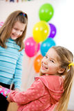 День рождения: Милая девушка возбужденная для того чтобы получить подарок партии стоковая фотография