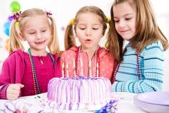 День рождения: Фокус на свечах дня рождения Lit стоковое фото