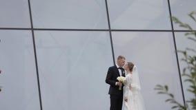 День свадьбы счастливых пар Backgound большого окна видеоматериал