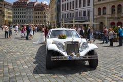 День свадьбы с длинным белым лимузином Стоковое Изображение RF