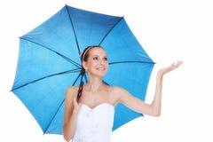 День свадьбы. Невеста при голубой изолированный зонтик Стоковые Фотографии RF