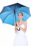 День свадьбы. Невеста при голубой изолированный зонтик Стоковое фото RF