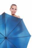 День свадьбы. Невеста при голубой изолированный зонтик Стоковое Изображение RF