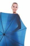 День свадьбы. Невеста при голубой изолированный зонтик Стоковое Изображение