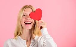 День Святого Валентина традиционно был увиден как значительный для женщин Женщина празднует любовь Падение девушки жизнерадостное стоковое изображение