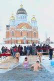 День святой выраженности, река Dnipro, Киев, Украина, 19-ое января 2016 Много неопознанных людей ввергая в воду со льдом Ol Стоковое Изображение