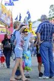 День семьи вне на австралийской выставке ярмарки потехи страны стоковые фото