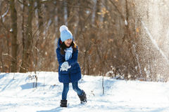 День снега зимы маленькой девочки красивый Стоковая Фотография RF