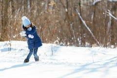 День снега зимы маленькой девочки красивый Стоковые Фото