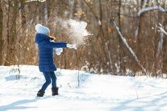 День снега зимы маленькой девочки красивый Стоковые Изображения