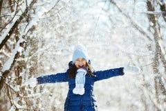День снега зимы маленькой девочки красивый Стоковые Фотографии RF