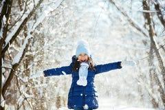 День снега зимы маленькой девочки красивый Стоковые Изображения RF