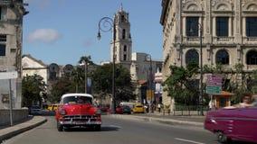 День устанавливая съемку красочных винтажных автомобилей на улицах Гаваны акции видеоматериалы