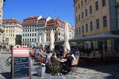 день dresden кафа наслаждаясь летом людей стоковые фото