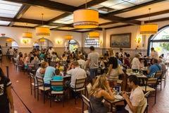День Pasteis de Belem внутренний занятый печениь кафа клиентов к Стоковое Изображение RF