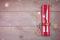 День ` s валентинки или место свадьбы установка обедающего, концепция меню ресторана праздничная стоковое изображение rf