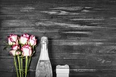 День ` s валентинки концепции, день ` s женщин, день ` s матери, день свадьбы, день рождения Шампань, розы, взгляд сверху, spac э Стоковая Фотография RF