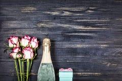 День ` s валентинки концепции, день ` s женщин, день ` s матери, день свадьбы, день рождения Шампань, розы, взгляд сверху, spac э Стоковые Фото