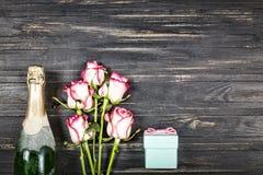 День ` s валентинки концепции, день ` s женщин, день ` s матери, день свадьбы, день рождения Шампань, розы, взгляд сверху, spac э Стоковое Изображение