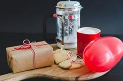 День ` s валентинки, печенья и в форме сердц воздушный шар, кофейная чашка a Стоковая Фотография RF