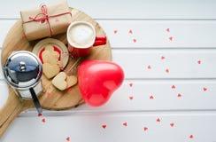 День ` s валентинки, печенья и в форме сердц воздушный шар, кофейная чашка a Стоковые Изображения
