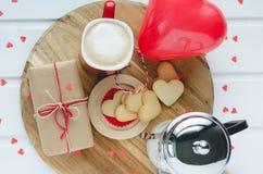 День ` s валентинки, печенья и в форме сердц воздушный шар, кофейная чашка a Стоковое фото RF