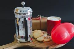 День ` s валентинки, печенья и в форме сердц воздушный шар, кофейная чашка a Стоковое Изображение RF