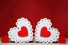 День ` s валентинки, wedding Белый и красный яркий openwork деревянный h Стоковые Фото
