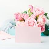 День ` s валентинки карточки чистого листа бумаги розовые и приглашение роз Стоковое Изображение RF