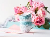 День ` s валентинки карточки чистого листа бумаги розовые и приглашение роз Стоковое фото RF