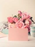 День ` s валентинки карточки чистого листа бумаги розовые и приглашение роз Стоковые Фотографии RF