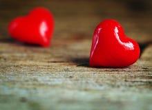 День ` s валентинки - красные сердца на деревянной предпосылке Стоковое Фото