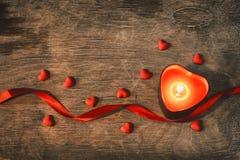 День ` s валентинки, сердце свечи темной предпосылки красное, confetti, sc Стоковая Фотография