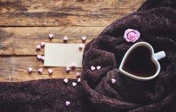 День ` s валентинки, сердце сформировал кофейную чашку, уютный коричневый шарф Стоковые Изображения