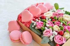 День ` s валентинки французского macaroon в форме сердц Стоковые Изображения RF