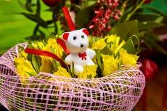 День ` s валентинки favorit подарка плюшевого медвежонка желтых роз букета белый Стоковые Изображения RF
