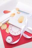 День ` s валентинки St: высушенные лепестки роз и конвертов бумаги Стоковые Изображения