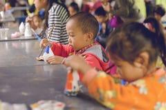 День ` s детей ` s Таиланда национальный - день ` s детей Популярная деятельность к красить для модели - Chiangmai Таиланд -13 Ja стоковое фото rf