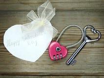 День ` s замка формы сердца и валентинки ключа любит концепцию Стоковые Фотографии RF